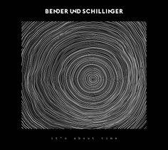http://polyprisma.de/wp-content/uploads/2015/05/Bender-Schillinger-Its-About-Time-Cover.jpg Bender & Schillinger - It's About Time: Album und Tourdaten http://polyprisma.de/2015/bender-schillinger-its-about-time/ Pressetext: Bender. Linda Bender. Und Schillinger. Chris Schillinger. Sind Bender & Schillinger. Ja gut, doch wer sind all die anderen, die man nur hört, aber nicht sieht? Wer ist der Schöpfer dieses warmen Klanges nach schönem Holz vom Marimbaphon, wer be