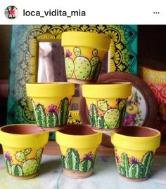 Painted pots for cacti and cactus painted on potting stones piedras Flower Pot Art, Flower Pot Design, Flower Pot Crafts, Clay Pot Crafts, Diy And Crafts, Diy Clay, Painted Plant Pots, Painted Flower Pots, Cactus Painting