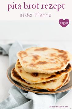 Pita Brot Homemade warm and crunchy pita breads are super delicious and can be served with homemade dips, salads, soups, or stuffed. Let me show you how you can make pita bread yourself. Greek Recipes, Italian Recipes, Greek Diet, Homemade Pita Bread, Stuffed Peppers, Pitaya, Chips, Meals, Dishes