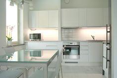 Pieni valkoinen keittiö on toteutettu Sirellessä avaimet käteen-periaatteella. Kalusteet Topi-keittiöt Kouvola, kodinkoneet Electrolux, lattiat Pergo Kitchen Dining, Kitchen Cabinets, Table, Furniture, Home Decor, Decoration Home, Room Decor, Cabinets, Tables