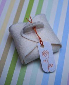 Eine schnelle und einfache Anleitung und Vorlage, um eine schöne kleine Geschenksverpackung aus Filz zu machen. Die Idee dazu habe ich aus dem Brigitte Buch Geschenkideen – Grüßen, Schenken & Verpacken. Die Vorlage für die Mini Box findet ihr hier … weiterlesen