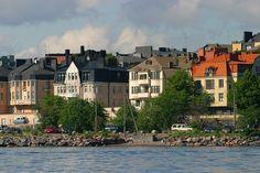 Eira, Helsinki. Eira on pieni kaupunginosa eteläisessä Helsingissä.Eira on tunnettu huvilakaupunginosana ja varakkaiden ihmisten asuinpaikkana. Eirassa kadut ovat kapeita ja yleensä kaartuvia, eivätkä rakennukset yleensä ole kadun varressa vaan keskellä tonttia.Suurin osa Eiran rakennuksista on jugendtyylisiä, enimmäkseen kolmikerroksisia kerrostaloja.Kaupunginosassa on lukuisia suurlähetystöjä.Lähialueet: Punavuori, Ullanlinna.