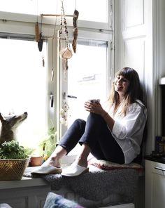 Con una alfombra suave y un cojín puedes crear un lugar ideal para disfrutar de un café por la mañana