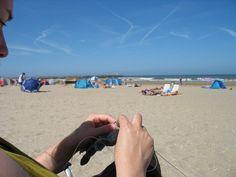op het strand