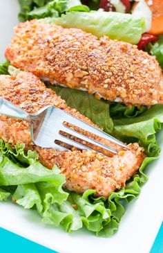 Sriracha Almond Crusted Salmon Filets :: quick, easy, and loaded with nutrients! You're gonna love this healthy protein-packed recipe!