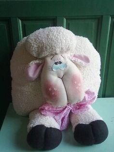 Amlmofada ovelhinha para decoração quarto,ou decoração da cama feito com pelucia no tom de cor de ovelha. R$ 40,00