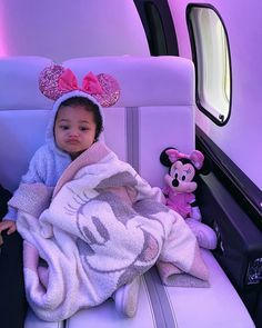 Kylie Jenner Surprised Stormi With an Early Birthday Present - a Trip to Disney World! Cute Mixed Babies, Cute Black Babies, Cute Little Baby, Cute Baby Girl, Little Babies, Cute Babies, Baby Kids, Trajes Kylie Jenner, Kylie Travis