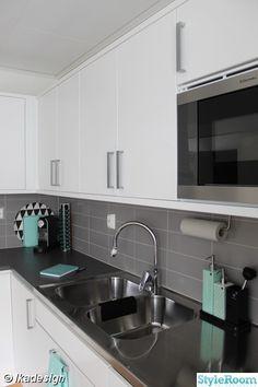 kök,vitt,grått,svart,köksluckor,vitvaror,kakel