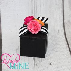 Rosas de papel de color de rosa rosa y naranja con negro y