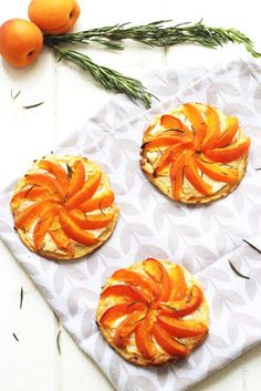 Apricot Tarts with Goat and Honey A salty tart with apricot and goat cheese. Salty Tart, Apricot Tart, Sweet Pie, Tutti Frutti, Dessert Recipes, Desserts, Goat Cheese, Goats, Nom Nom