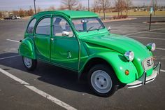 Citroën 2CV Ente grün 1985 (cette version toute verte pour le marcher allemand est écologique: elle roule au sans plomb! un petit canard sur la portière le signale moitié anglais, moitié allemand «I fly bleifrei», je vole au sans plomb)