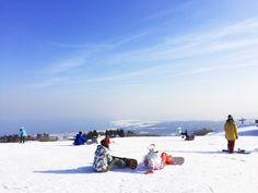 淡海なでしこ百景のピンをフォローする 函館山スキー場のゲレンデから見える景色と青空のフリー素材写真は、滋賀県高島市にある函館山でウィンターシーズンに営業しているスキー場のゲレンデから見える景色を写した写真です。