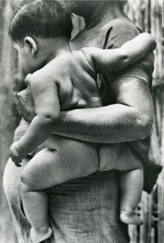 TINA MODOTTI Tehuana cargando niño. Impresión de negativo original del Comitato Tina Modotti. Trieste, Italia.