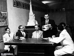 El escritor Vicente Gerbasi junto al Grupo poético Viernes. (ARCHIVO EL NACIONAL)