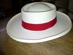 Sombrero 100% Paja de Toquilla Hecho en Ecuador,excelente elección tanto para caballero como para mujer y sobre todo un ala caída que encaja perfectamente en la simetría del sombrero.