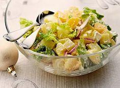 Omyté brambory oloupeme a kostky uvaříme  do měkka 2. Ledový salát natrháme nahrubo, z pomerančů odkrojíme slupku až na dužinu, postupně vykrajujeme měsíček za měsíčkem 3. prochladlé brambory,  vyfiletovaný pomeranč, nasekanou cibuli a ledový salát dáme do mísy  4. V misce smícháme tatarskou omáčku, sůl, pepř a vymačkanou šťávu ze zbytků pomeranče 5. Připravený salát zalijeme tatarkovým dresinkem a dobře promícháme.