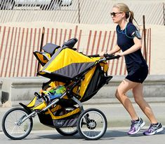Anna Paquin jogging with her twins in their double buggy in Venice Beach, California Best Lightweight Stroller, Best Double Stroller, Double Strollers, Baby Strollers, Go Jogging, Jogging Stroller, Double Buggy, Umbrella Stroller