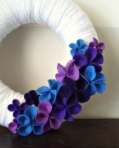 fleurs en feutrine, couronne en blanc, bleu et lilas