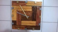 Relógio de parede artesanal, medindo 37 X 37 cm, todo em madeira.