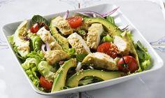 De l'avocat crémeux, des lanières de poulet au sésame et au soya et de la laitue romaine croquante avec des raisins secs dodus, des tomates juteuses et de l'oignon rouge. Mélangés avec une vinaigrette de menthe fraîche et de sésame, cette salade est pleine d'explosions de saveurs et de textures.