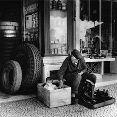 Lisboa Shoe polisher in Cais do Sodré. By Eduardo Gageiro Antique Photos, Old Photos, Vintage Photos, Photography Exhibition, Street Photography, History Of Portugal, Famous Photographers, Most Beautiful Cities, Documentary Photography