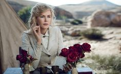 Nicole Kidman reading in costume for American Vogue, August Photograph by Peter Lindbergh. Kidman is photographed in Morocco, where she filmed the Gertrude Bell biopic Queen of the Desert. Peter Lindbergh, Nicole Kidman Filmes, Keith Urban, Gertrude Bell, Werner Herzog, Cinema, Patrick Demarchelier, Vogue Us, Vogue Covers
