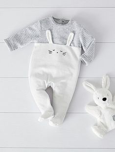 Pyjama en velours ray lapin bb garon gris chin blanc cass 10 00 dcouvrez nos collections mode petits prix dans notre rayon pyjama baby onesie guess what chicken butt personalized onesie Baby Outfits, Outfits Niños, Baby Girl Vest, Baby Boys, Baby Boy Fashion, Fashion Kids, Fashion 2018, Vestidos Bebe Crochet, Baby Boy Pajamas