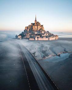 Happy evening dear friends ❤ Wonderful photo by 👏👏 Saint Michel Beautiful Castles, Beautiful Places, Region Normandie, Happy Evening, Voyager Seul, Hello France, Tourist Sites, France Photos, Mont Saint Michel