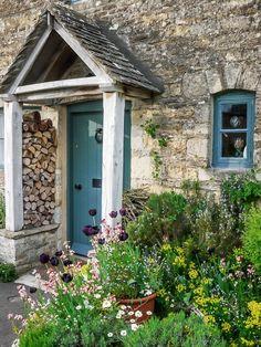 11 Small Garden Design Ideas to Transform Into a Chic Entrance 11 kleine Garten-Design-Ideen, die si Cottage Front Doors, Cottage Porch, Cottage Exterior, Garden Cottage, Cottage Style, Front Door Entrance, Entrance Ideas, Entrance Halls, Door Entryway