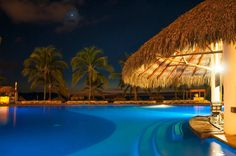 The night looks mysterious at Marival Resort / La noche luce misteriosa en Marival Resort