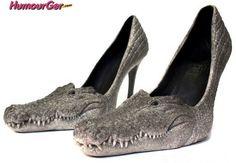Photo insolite-choc de chaussures à talons avec des véritables têtes de bébés crocodiles