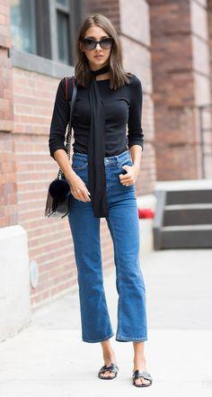 Bem básica porém super estilosa: rasteirinha e skinny scarf deixam o look confortável e com informação de moda.