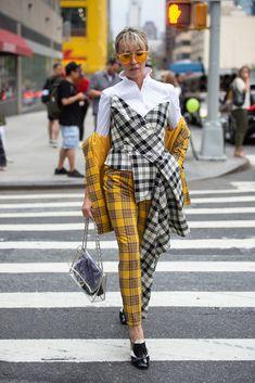 New York Fashion Week Best street style looks around the city Plaid Fashion, Yellow Fashion, Womens Fashion, Fashion Trends, Cheap Fashion, Tartan, Street Style New York, Fashion Weeks, Fashion Week 2018
