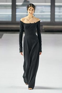 Carolina Herrera Fall 2020 Ready-to-Wear Fashion Show : HACERZUMRUT The complete Carolina Herrera Fall 2020 Ready-to-Wear fashion show now on Vogue Runway. Fashion Mode, Fashion 2020, Paris Fashion, Runway Fashion, Fashion Trends, Jumper Outfit, Winter Trends, Vogue Paris, Carolina Herrera Bridal