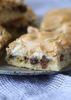 Mud Hen Bars - Gooey Chocolate Chip Marshmallow bar topped with Brown Sugar Meringue! Marshmallow Desserts, Köstliche Desserts, Delicious Desserts, Dessert Recipes, Baking Recipes, Cookie Recipes, Chocolate Marshmallows, Delicious Cookies, Bar Recipes