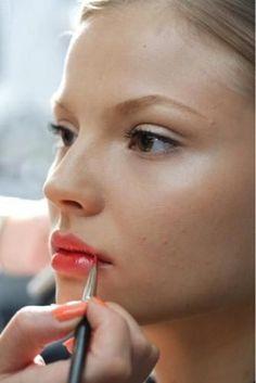 Un rostro hidratado le otorga un brillo radiante a la novia en su día - Cómo hacer un maquillaje para una boda de día y de noche en simples pasos