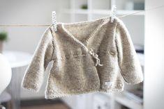 Ett stycke kofta, stickad med ekologisk babyull. Med söta detaljer i form av virkade kanter nedtill och vid ärmarna, hålstickning i koftans nedre kant samt ett band som knyts med en rosett i midjan. Fler bilder och mer info på litenelsa.blogg.se #barnkläder #babykläder #bebiskläder #baby #kofta #tröja #babykofta #omlottkofta #ekologiskt #stickad #stickat #inspiration #gulligt #sött #litenelsa
