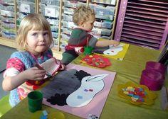 Stukjes papier met verschillende kleurtjes kleven op Pietenmuts (leren knippen en plakken)
