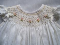 Ribbon Embroidery Ideas Beautiful angel sleeve bishop smocked by Marianela Collado . Smocking Baby, Smocking Plates, Smocking Patterns, Silk Ribbon Embroidery, Hand Embroidery, Embroidery Ideas, Smocked Baby Clothes, Smocked Dresses, Baby Sewing Tutorials