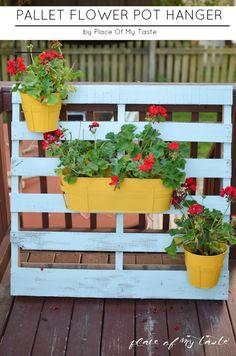 You can make this pretty pallet flower pot hanger in no time! Pallet Home Decor, Diy Pallet Projects, Garden Projects, Pallet Crafts, Pallet Furniture, Unique Pallet Ideas, Palette Diy, Pot Hanger, Flower Planters
