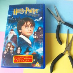 I don't think I ever showed you where I keep all my jewellery tools... it's in a Harry Potter VHS case!  The video was broken so obviously I had to use the case for some magical purpose. Kinda wanna buy cool VHS cases for all my other storage too  while you're here I wanna ask if you have any wishes or so of what you'd like to see more of in my shop and my social media? I'd love to hear it