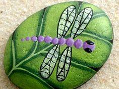 Trouve libellule violette sur chartreuse peints à par RockArtiste