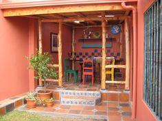 sillas coloridas. color paredes. madera