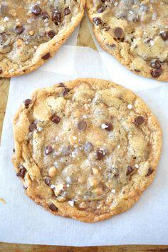 Chewy Salted Toffee Chocolate Chip Cookies - sea salt topped  Mein Blog: Alles rund um Genuss & Geschmack  Kochen Backen Braten Vorspeisen Mains & Desserts!