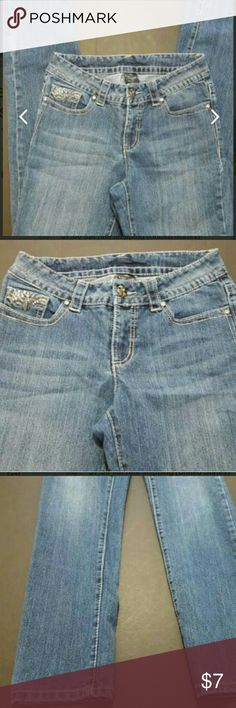 """FADED GLORY WOMEN'S SIZE 6 BOOTCUT JEANS GUC FADED GLORY WOMEN'S SIZE 6 BOOTCUT JEANS  This is a good condition pair of jeans from Faded Glory. These are a women's size 6. Laying flat the waist measures 15.5"""" and the inseam is 31.5"""". These have plenty of stretch and fun details on the back pockets. They are pre-owned and some signs of use should be expected.? Faded Glory Jeans Boot Cut"""