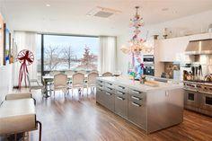 Cocina con gran isla y muebles color plata... Súper elegante!