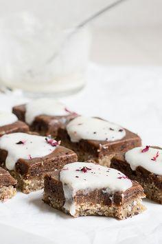 Raw cinnabun squares - gluten free, dairy free and refined sugar free! by Happy Health Blog