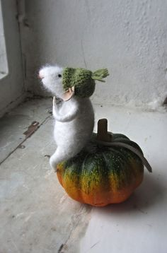 White felt mouse. by mousestories on Etsy
