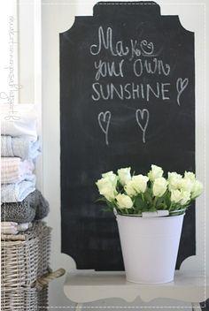 Oma koti onnenpesä: Laventelin sävyä Rose Cottage, White Roses, Art Quotes, Chalkboard, Cozy, Decorations, Country, Ideas, Rural Area