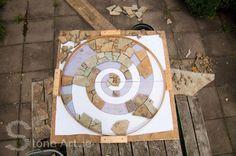 Making a stone mosaic Mosaic Tile Table, Pebble Mosaic, Mosaic Diy, Mosaic Garden, Mosaic Crafts, Mosaic Projects, Stone Mosaic, Mosaic Glass, Garden Art